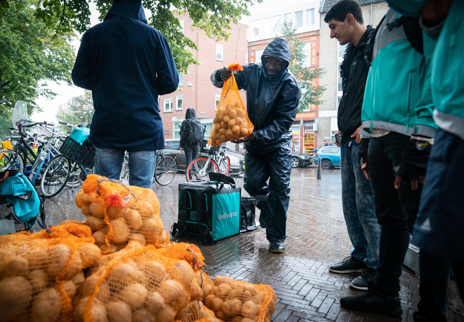 Den Haag, 20 september 2018. Deliveroo brengt aardappels naar Grey Space in the Middle. Onderdeel van TodaysArt om aandacht te vestigen op kleinschalig transport zijn de toekomst Foto Martijn Beekman / gemeente Den Haag